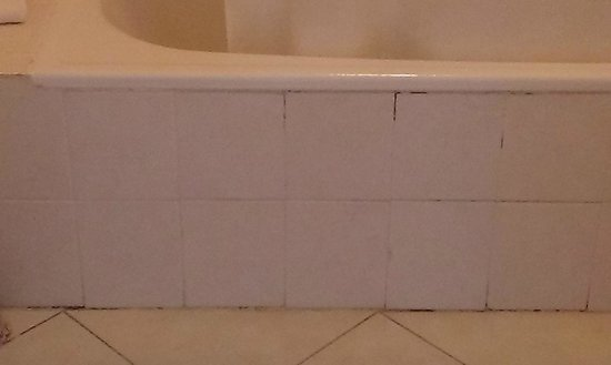 Clube Praia da Oura : cracked filthy bathroom tiles