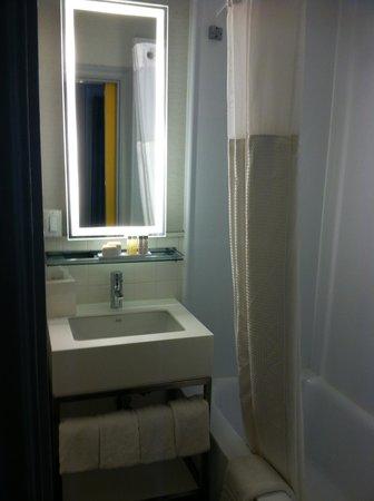 Row NYC Hotel: Bathroom Room 1058