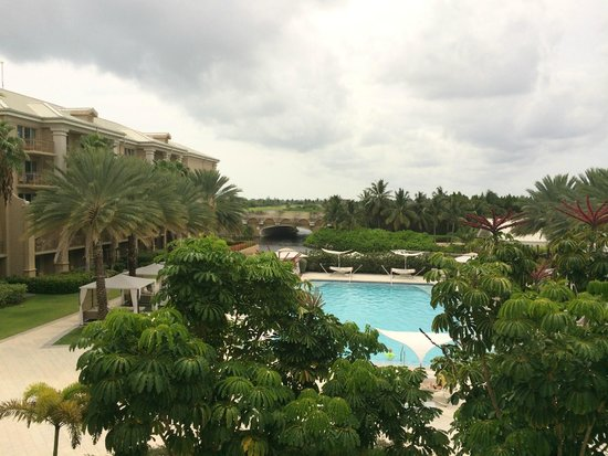 The Ritz-Carlton, Grand Cayman: Second pool and view from Silver Palm lounge - the Resort View rooms are on the left and their v