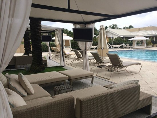 The Ritz-Carlton, Grand Cayman: Cabana with TV at second pool