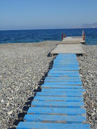 The Mitsis Ramira Beach Hotel: Petit pont sur la plage