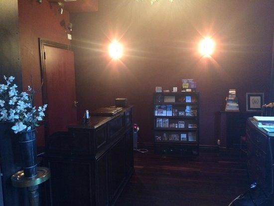 Miravida Soho Hotel & Wine Bar: Front desk