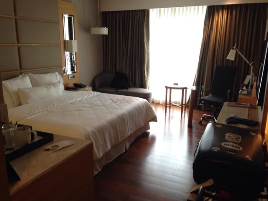 The Westin Chennai Velachery: Bed and office