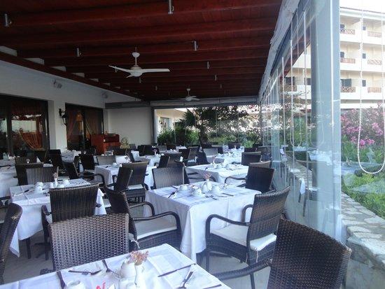 Mitsis Ramira Beach Hotel : restaurant sous la véranda