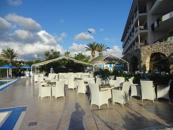 The Mitsis Ramira Beach Hotel: Bar piscine