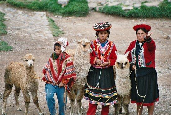 Catedral del Cuzco o Catedral Basílica de la Virgen de la Asunción: Trajes tipicos