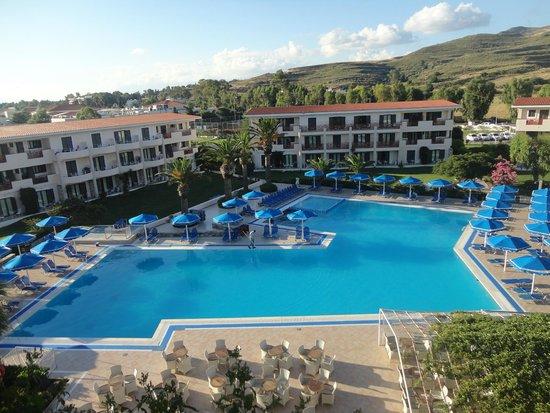 The Mitsis Ramira Beach Hotel: Piscine avec animations