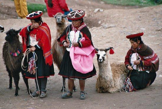 Catedral del Cuzco o Catedral Basílica de la Virgen de la Asunción: Vendedoras junto às ruinas perto de Cuzco