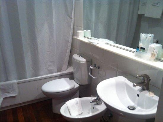 Hotel Llevant: Baño (habitación 221)