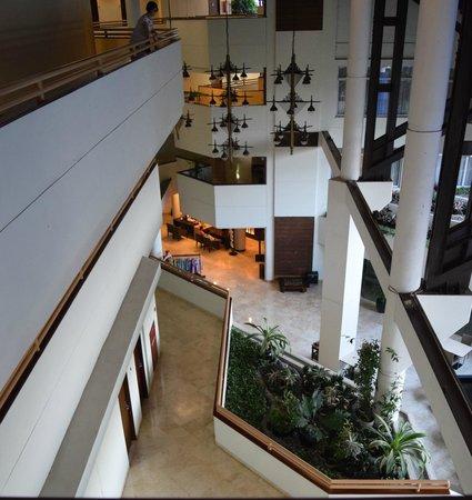 Hotel Santika Bandung : Overlooking lobby and pool