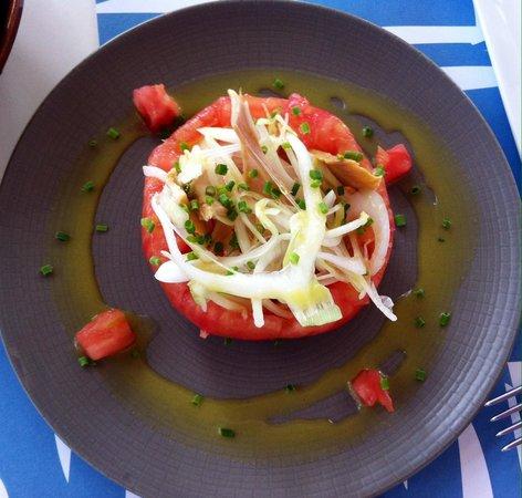Hotel Llevant: Tomate relleno de atún y cebolla