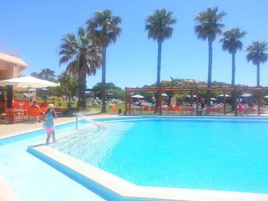 Auramar Beach Resort : The larger pool