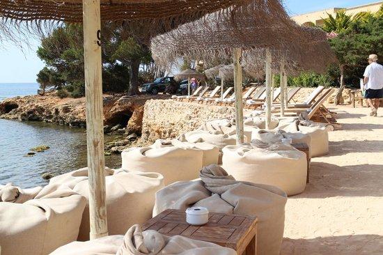 Grupotel Santa Eularia Hotel: Babylon Beach Bar, hotel in the distant background