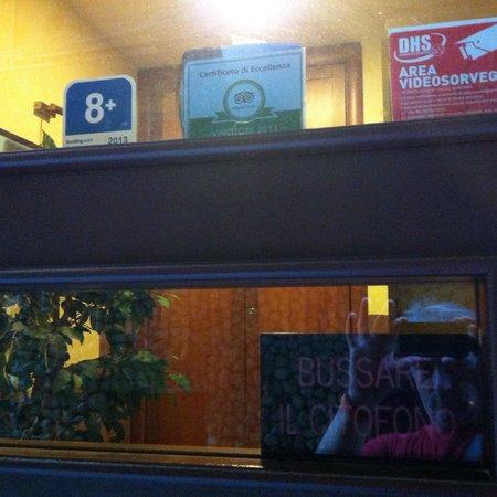 B&B Alloggio Maria: Bussare il campanello!