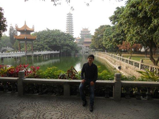 Xichan Temple: Cerca a la entrada principal, con los lagos, el templo y la pagoda al fondo.