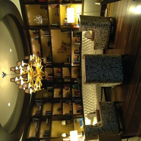 Renaissance Washington, DC Downtown Hotel: Library are in the Lobby - Swanky!