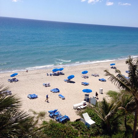 Highland Beach, FL: Balcony view from the beachfront room on the 6th floor.