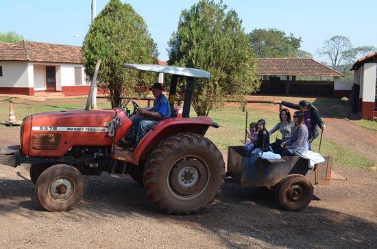 Hotel Fazenda Salto Grande: Passeio monitorado de trator