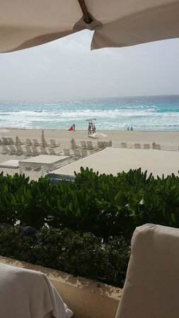 Live Aqua Beach Resort Cancun: Beach area from up by pool