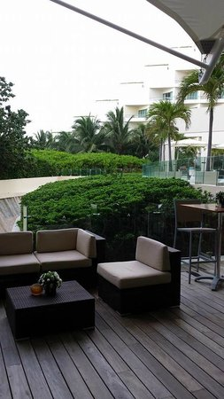 Live Aqua Beach Resort Cancun: Seating outside Seite