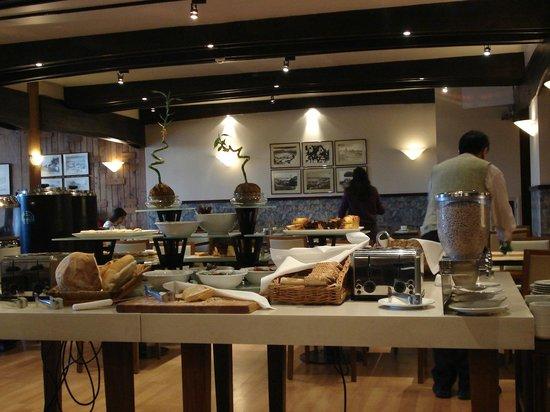 NH Bariloche Edelweiss: Buffet Breakfast en el restaurant La Tavola