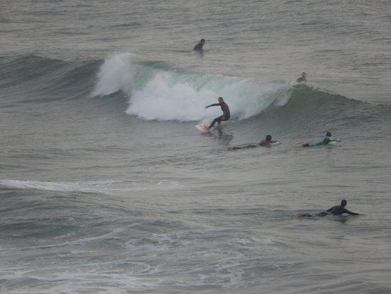Praia Grande: Серфингисты плаванию не помеха - у них свой угол пляжа :-)