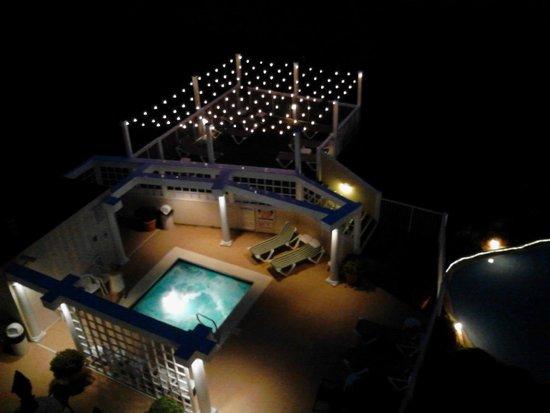 Windjammer Inn: Night view