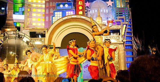 Phuket FantaSea : Performance by artists at centre stage