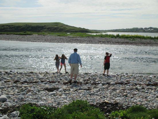 Sea-Breeze Lodge: Stretching our legs along the Galway bay directly across from the Sea-Breeze