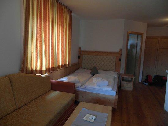 Hotel Bergschlössl: letto attaccato alla parete come tanti anni fa..