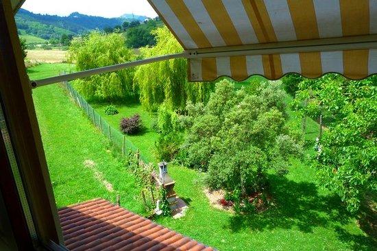 Casa Rural Ekoigoa: La vista al jardín.