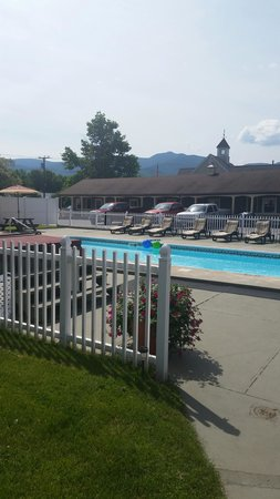 Mt Madison Inn & Suites : Pool and hot tub area