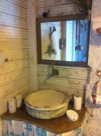 Turan Hill Lounge: Bathroom in one of the Boutique houses