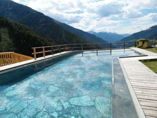 Hotel Bergschlössl: piscina esterna con pietra naturale
