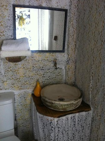 Turan Hill Lounge: Small but perfectly formed bathroom in Virgo bungalow
