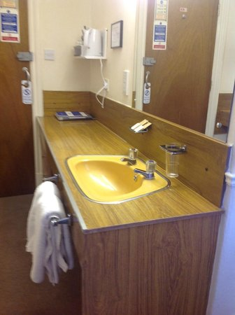 The Lennox Lea Hotel: Sink area in bedroom