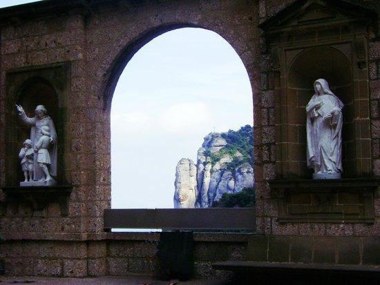 Montserrat Monastery : статуи