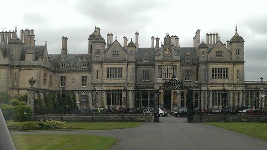Stoke Rochford Hall: Wonderful view of the Hotel from driveway to entrance