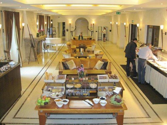 Mamaison Hotel Le Regina Warsaw: Main Lobby and breakfast buffet