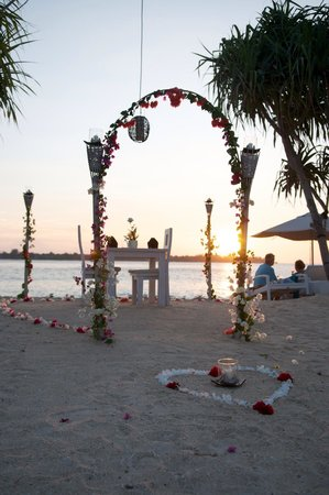 MAHAMAYA Boutique Resort: Romantic dinner at the beach just in front of the small and relaxed hotel