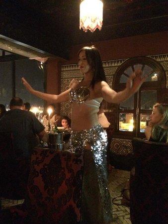 Le Marrakchi: Danza del vientre entre las mesas