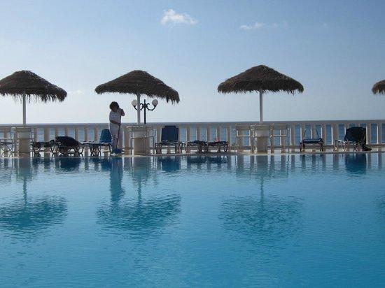 Kamari Beach Hotel: Pool mit Meerblick