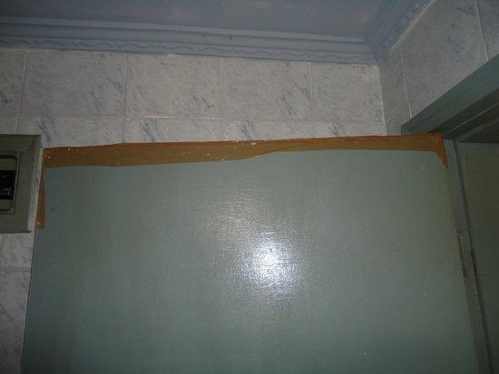 Eco Pousada Sierra: Fita adesiva na porta do banheiro