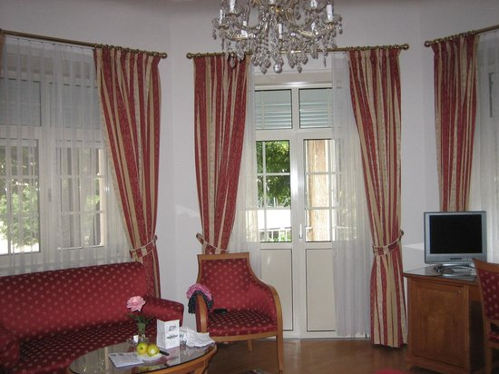 Hotel Meranerhof: Corner bedroom 101