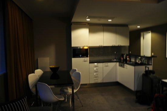 Adina Apartment Hotel Berlin Hauptbahnhof: Kitchen area