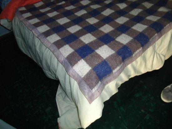 Eco Pousada Sierra: Cobertor de solteiro na cama de casal