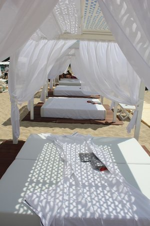 Is Fradis Beach Club: The day beds