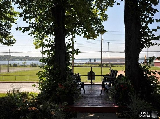 The Pictou Puffin Bed and Breakfast: Harbour View - Front Deck