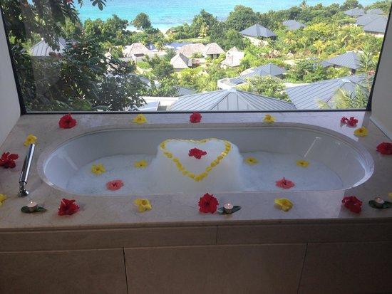Raffles Seychelles: Romantic bath!