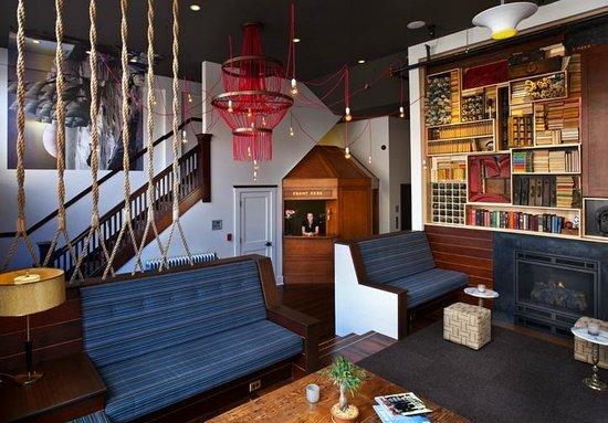Commodore Hotel : Front Desk